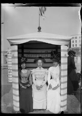 Drei Damen im Strandkorb / Strandzelt Behrends #48 - Borkum 1899