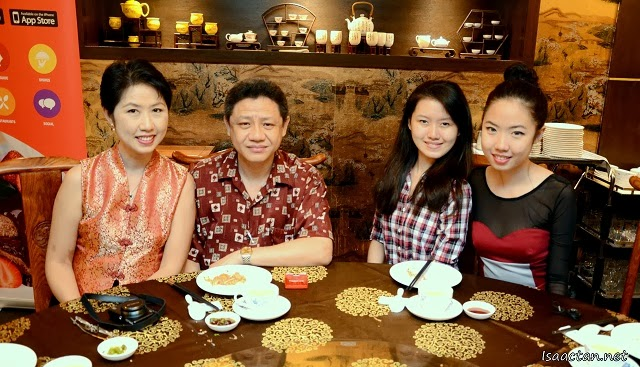 The Hong Family (Auntie Lily, Uncle Hong, Daughter and Carmen)