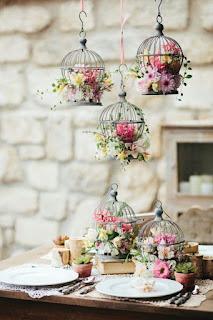 decorazione per matrimonio fai da te con gabbiette sospesi con fiori