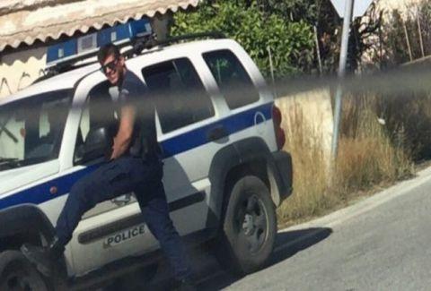 Αυτός είναι ο κούκλος Έλληνας αστυνομικός που τρέλανε τον πλανήτη με την Kαυτή πόζα του (PHOTOS)