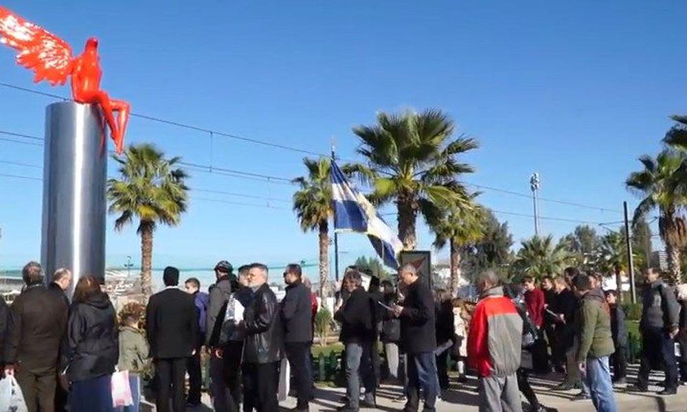 """Δεν υπάρχει σωτηρία: Γραφικοί Παλαιοημερολογίτες έκαναν πορεία και """"ράντισαν με αγιασμό"""" το γλυπτό «Phylax» στο παλαιό Φάληρο! (VIDEO)"""