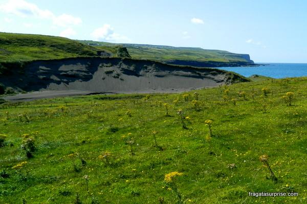 Os Cliffs of Moher vistos do povoado de Doolin, na Irlanda