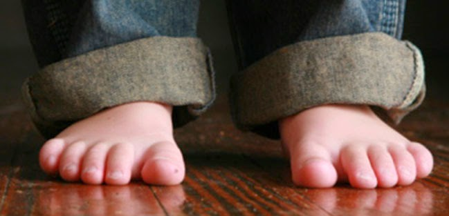 bebe descalzo