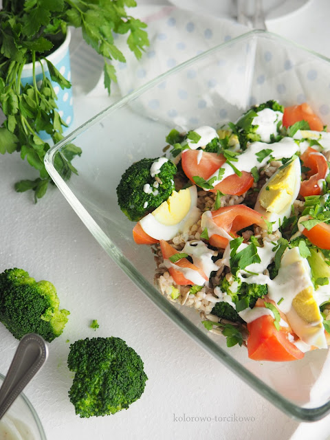 brokułowa-sałatka-z-sosem-czosnkowym
