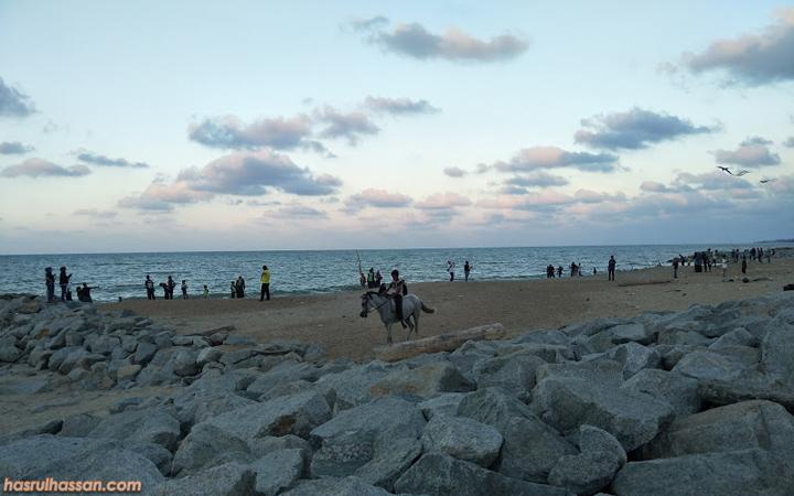 Bersantai Petang di Pantai Cahaya Bulan