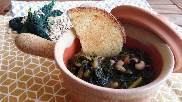 una zuppa semplice a base di fagioli dall'occhio e cavolo nero