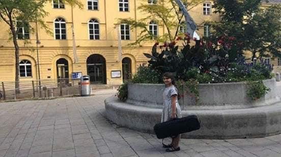 الطفلة السورية بيرولين جورج وأغلى كمان بالعالم من نصيبها لتقود اوركسترافي مدينة شيتارماك النمساوية