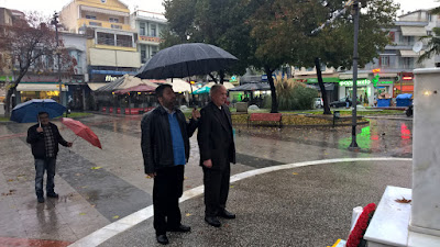 Κάτω από δυνατή βροχή το Εργατικό Κέντρο Κατερίνης κατέθεσε στεφάνι για την επέτειο του Πολυτεχνείου.