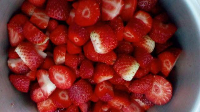 Fresas troceadas dentro de la olla con un poco de zumo de limón