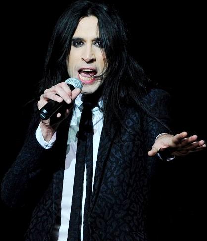 Foto de Mario Vaquerizo cantando en concierto