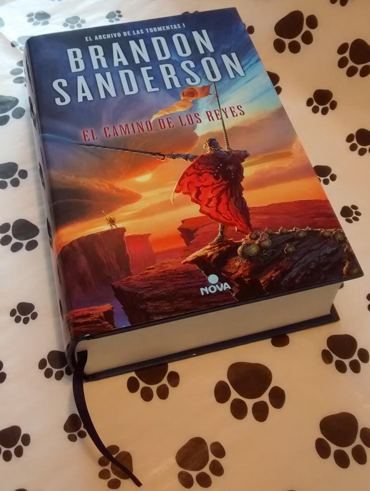 La sobrecubierta tiene la portada de la versión en inglés y las tapas  tienen el dibujo de una espada diferente para ambos libros. Aunque sin duda  lo que más ...