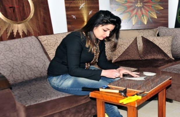 شابة من السويداء تبتكر لوحات فنية متنوعة من الخيوط والمسامير