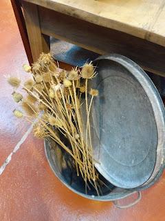 Barreño con flores de el viejo almacén en desembalaje cantabria