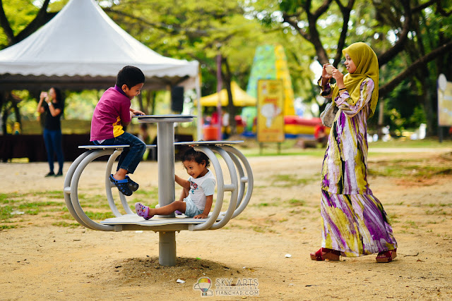 Family portrait @ Taman Tasik Shah Alam by TianChad
