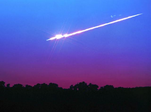 Bola de fogo da chuva de meteoros Liridas - John Chumack