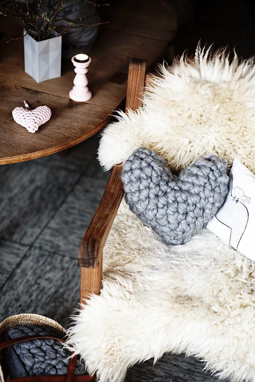 Tığ işi Kalp Şeklinde Yastık Modeli