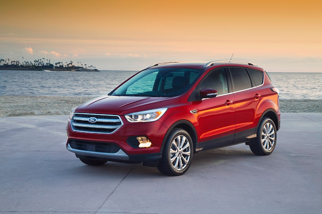 Front 3/4 view of 2017 Ford Escape SE