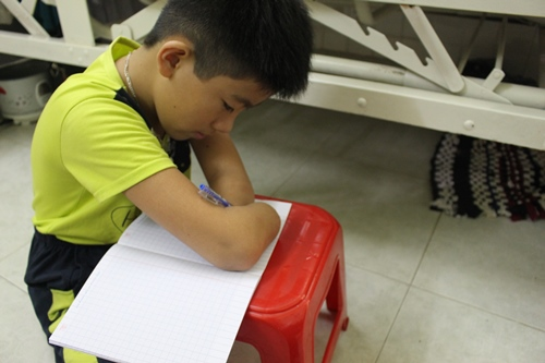 Cậu bé 11 tuổi bị đoạn tứ chi vẫn miệt mài tự học viết chữ