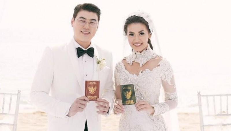 Hendra Suyanto-Hendra Suyanto memamerkan foto nikah
