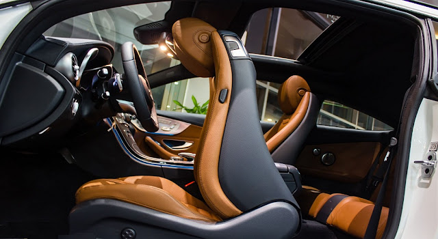 Băng sau Mercedes C300 Coupe 2017 thiết kế rộng rãi và thoải mái.