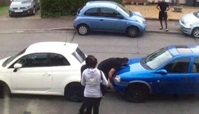 Halangi Jalan, 'Hulk' Pindahkan Mobil dengan Tangannya Sendirian
