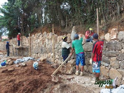 Construção do muro de pedra bruta sendo o tipo de pedra moledo com cores variadas sendo tipo de muro de pedra com junta seca sem massa nas juntas. Muro de pedra na cidade de Joanópolis-SP.