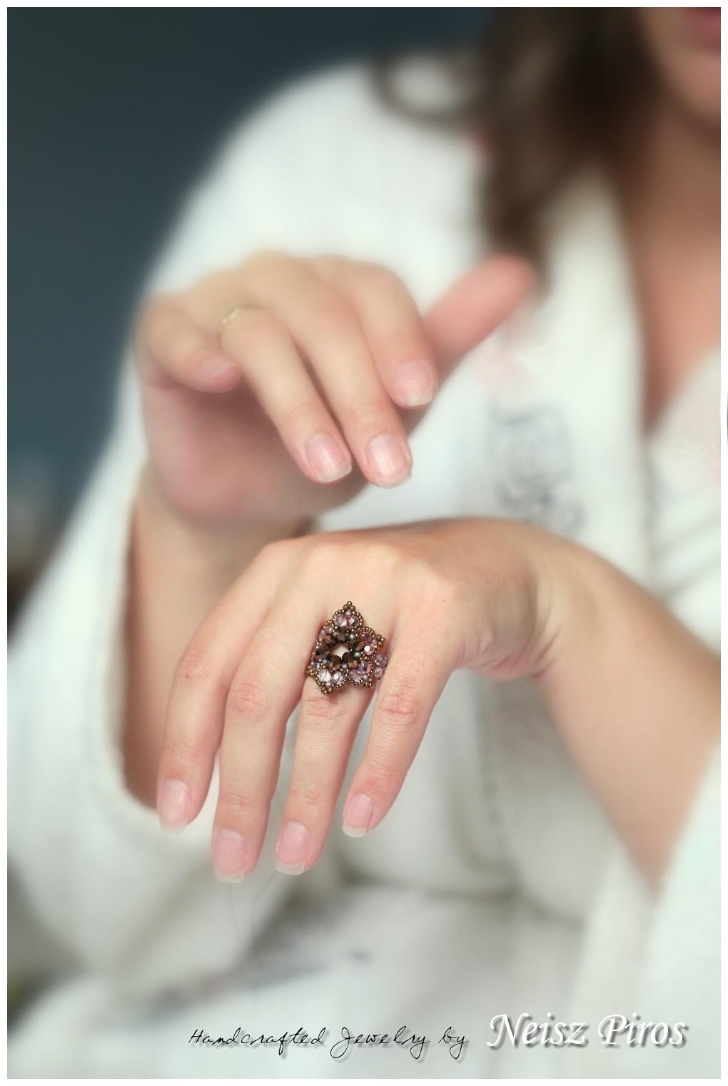 Hol és hogyan viseljük az eljegyzési és a karikagyűrűt?