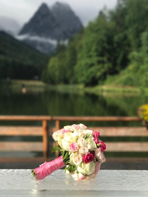 Brautstrauß am Seeufer, Hochzeit, , Riessersee Hotel, Garmisch-Partenkirchen, Bayern, Vintage, Rosen, Schleierkraut, Rosa, Pink, See und Berge