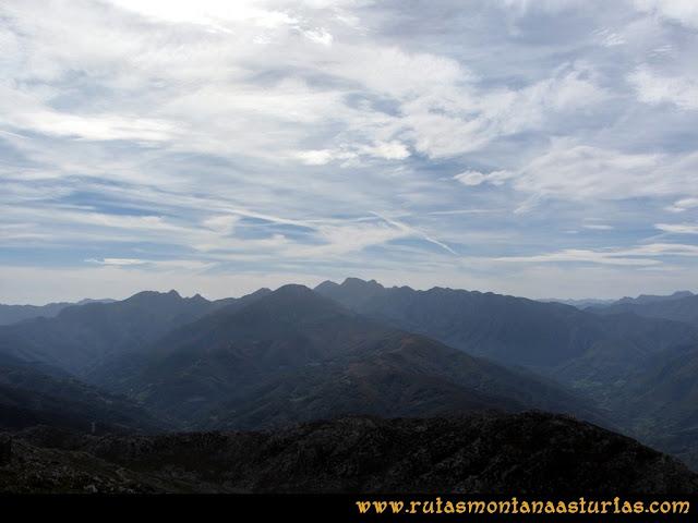 Ruta por el Aramo: Desde el Gamoniteiro, vista hacia la zona de Ubiña