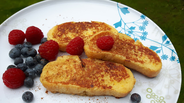Süßes aus der Campingküche: arme Ritter mit Beeren