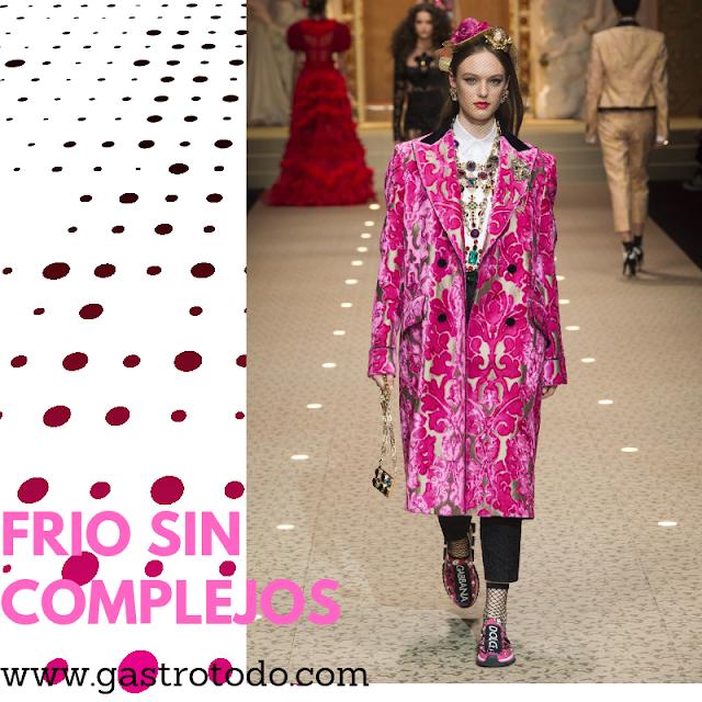 Brocado y ajustado abrigo en rosa cardenal