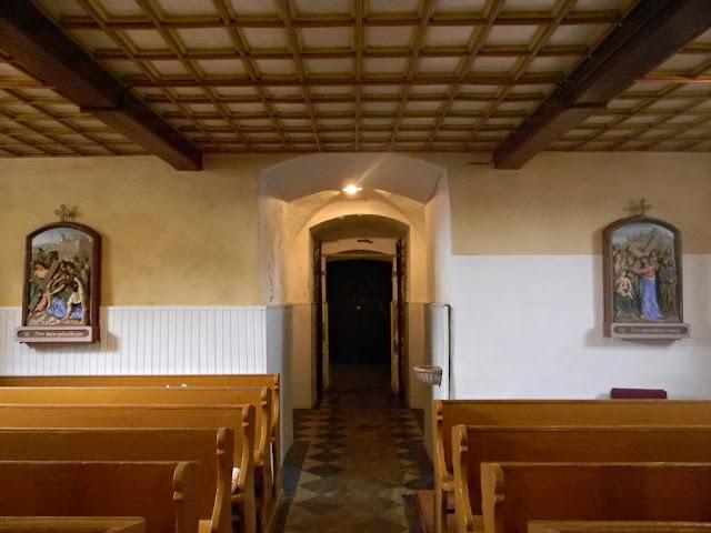 Po dwóch stronach kościoła są obrazy drogi krzyżowej.