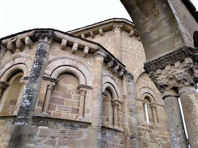 Santa Maria de Eunate - Cabezas polimorfas en el exterior del abside