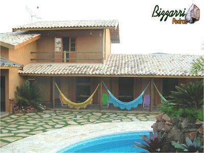 Construção da piscina com construção da residência em condomínio em Atibaia-SP com execução da cascata de pedra e o piso da piscina com pedra São Tomé.