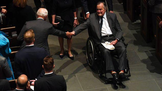 Expresidente de EEUU George Bush hospitalizado tras muerte de su esposa