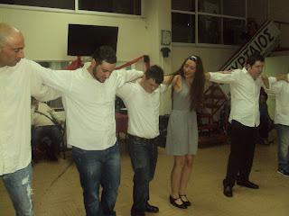 Χορευτικό τυρταίου με εθελοντές χορεύουν χασαποσέρβικο