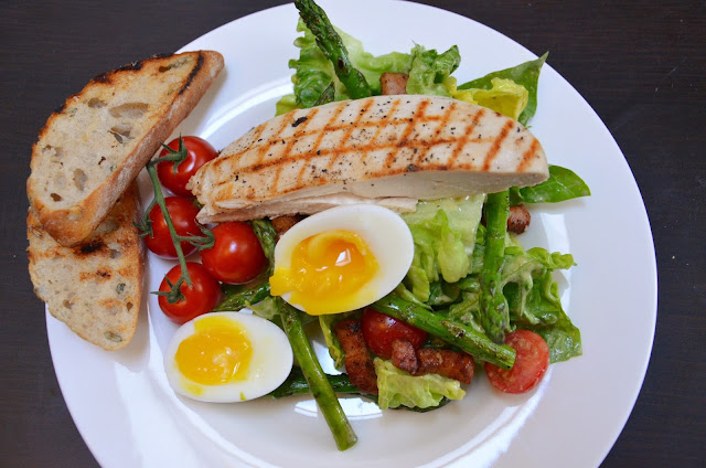 Caesar Salad met croutons en gekookt eitje