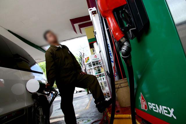 """Durante septiembre, PEMEX vendió gasolina """"corriente"""" que daña la salud y los automóviles"""
