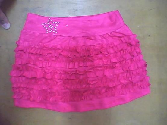 falda linea A con tiras fruncidas sobrepuestas y pretina, cortada en tela viscosa