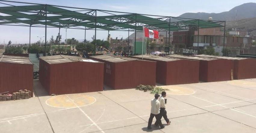 Escolares de Arequipa estudian en losa deportiva y el director tuvo que convertir el baño en su oficina
