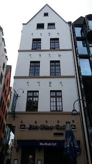 Fotografia do edifício em Colónia em que cada andar foi construído num ano diferente
