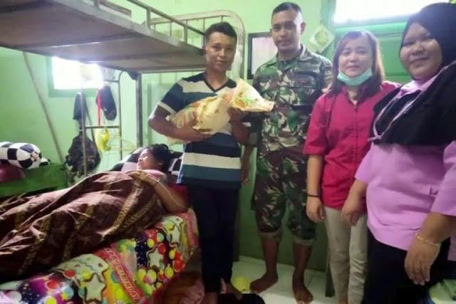 Seorang Ibu Warga Muting Melahirkan di Pos Satgas Yonif MR 411 Barki