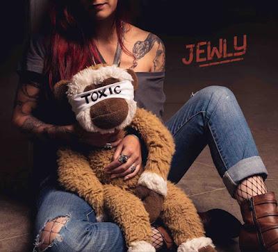 """Jewly signe avec """"Toxic"""", un troisième album coup de poing."""
