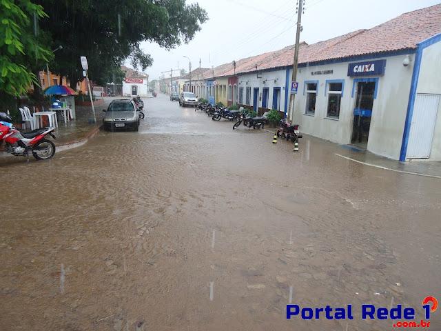 Enxurradas alagam ruas durante chuva em Pedro II
