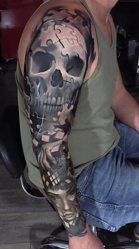 Crânio inspirado manga da tatuagem. Os tons de cinza temáticos tatuagem faz o design de olhar misterioso e destemido. Abaixo é um quebra-cabeça, como design que combina para formar um rosto da menina.