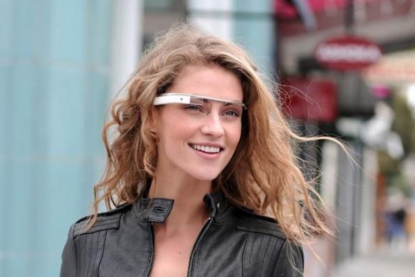 Ragazza che indossa i Google Glass
