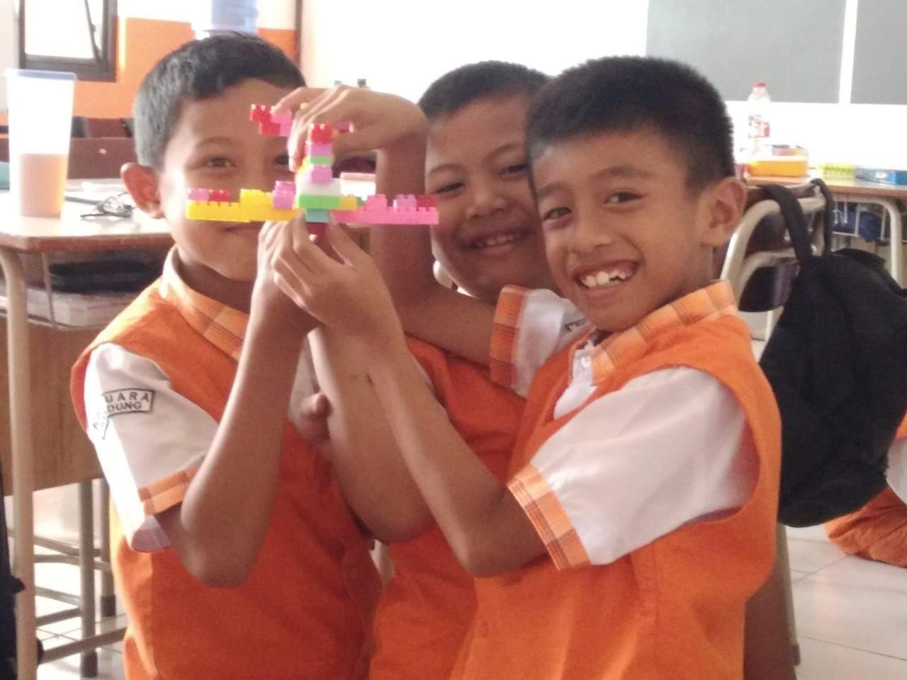 Bahagianya Anak Kelas 2 Sd Juara Bandung Bermain Permainan Edukatif