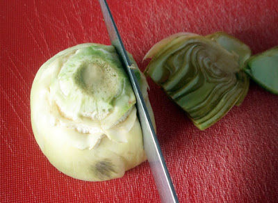 Alcachofas cortadas en rodajas para la plancha