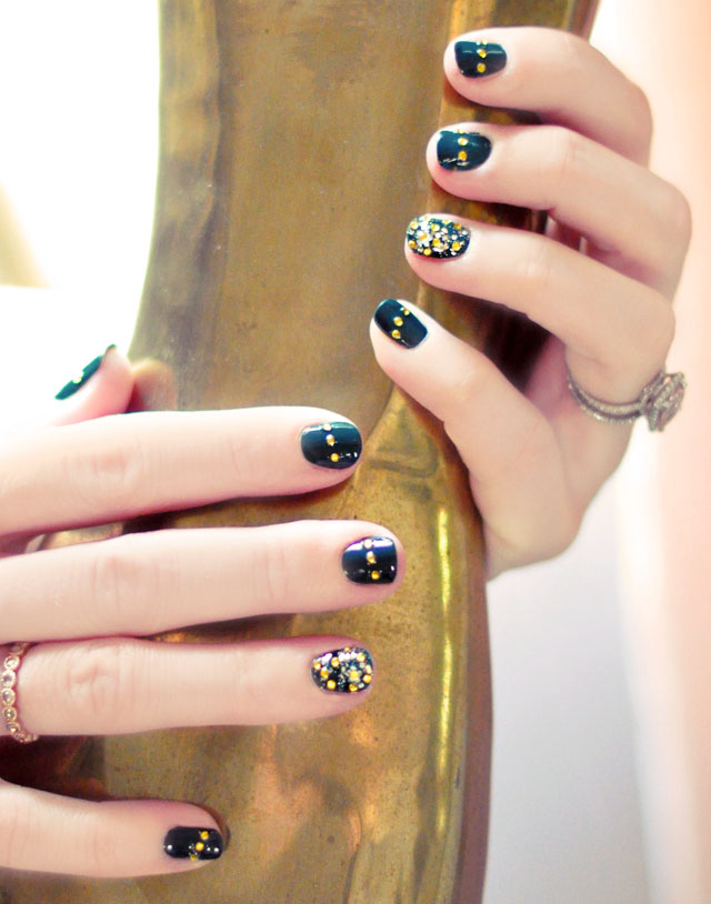 emerald green nails with gold accent, pot of gold nails for St. Patrick's Day