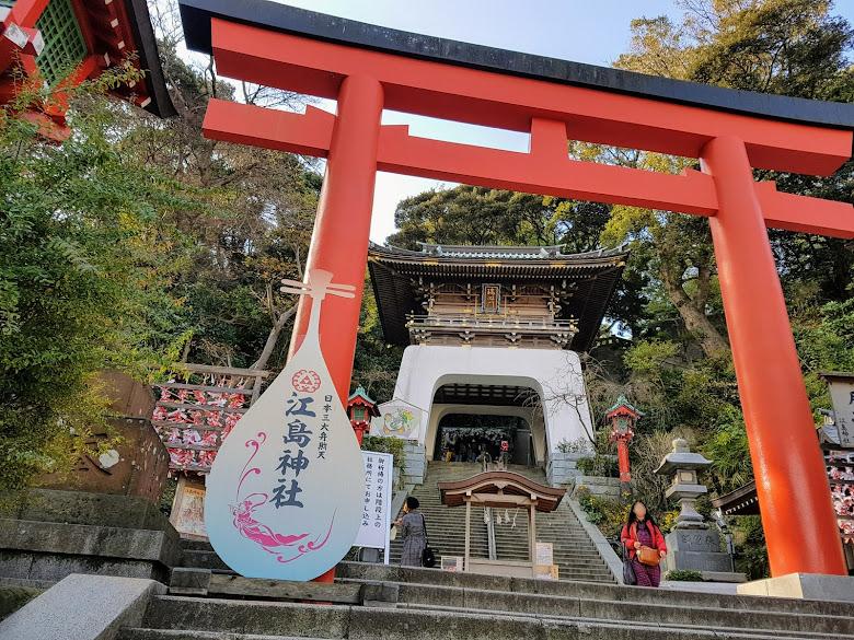 登山前往江之島神社,搭乘手扶梯會很輕鬆